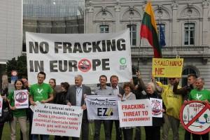 Konferencijos išvakraėse prie Europos Parlamento vyko protesto akcija prieš hidraulinio ardymo technologiją. Akcijoje dalyvavo ir Lietuvos piliečiai