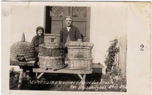 3. M. Perkamo šiaudiniai aviliai. Klaipėdos kraštas, Bruzdeilyno kaimas, 1929-09-24. Nuotrauka iš asmeninės Petro Kaminsko kolekcijos.