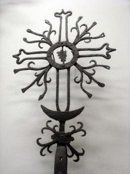 Geležinė paminklo viršūnė. XIX a. pabaiga – XX a. pradžia. Iš Lietuvos nacionalinio muziejaus ekspozicijos. Dalios Rastenienės nuotrauka.