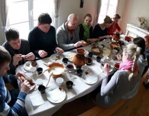 Naisių vasaros teatro kolektyvas Žemaitės memorialiniame muziejuje skanauja autentiškus žemaitiškus patiekalus | rengėju nuotr.