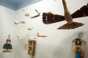 Bendras ekspozicijos vaizdas su paukščiais. Dalios Rastenienės nuotrauka iš Jono Bugailiškio jubiliejinės parodos Lietuvos nacionaliniame muziejuje ekspozicijos. 2015.