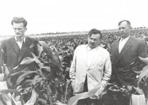 """A. Sniečkus (viduryje) ir įtakingi agrarininkų tinklo atstovai A. Būdvytis (kairėje) bei P. Vasinauskas (dešinėje). Kn. """"Sniečkaus fenomenas"""" nuotr."""