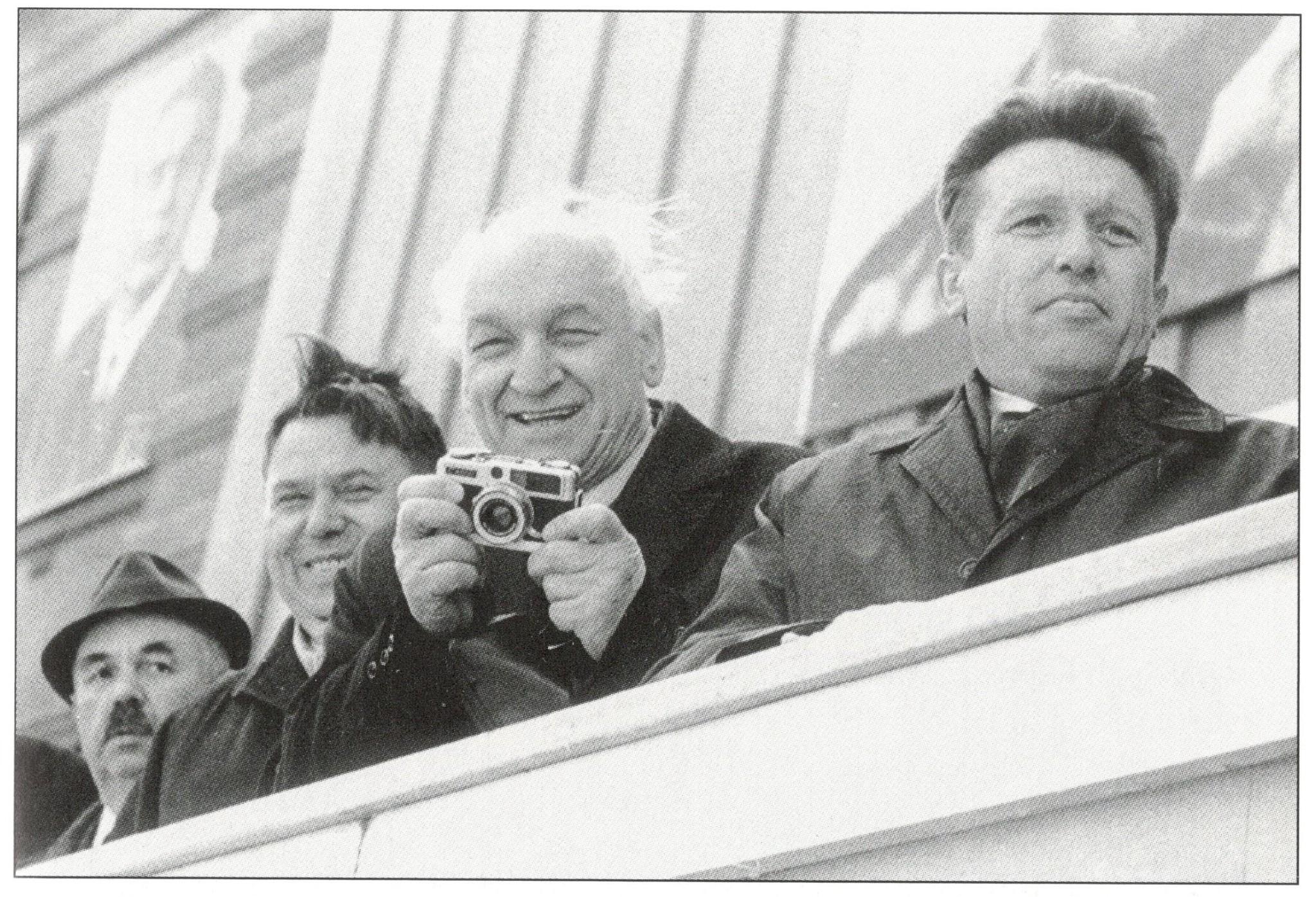 """Sovietų Lietuvos elitas šventės minėjimo metu tribūnoje. V. Astrausko kn. """"Įrėminti laike"""" nuotr."""