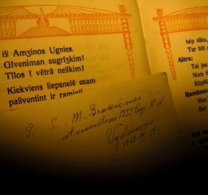 """Knygos fragmentas su dedikacija kito Vydūno veikalo """"Amžina ugnis"""" fone."""