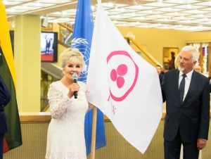 Taikos vėliava Seime 2015 | lrs.lt, O. Posaškovos nuotr.
