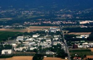 CERN vaizdas salia sienos tarp Prancuzijos ir Sveicarijos_wikipedija.org