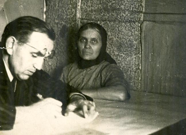Jurgis Dovydaitis su pateikėja Michalina Karloniene Kabeliuose 1952 m. | E. Miliauskienės nuotr.