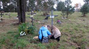 Neatpažintųjų kapus puošia vaikai. Nuotrauka iš N. Marcinkevičienės asmeninio archyvo.
