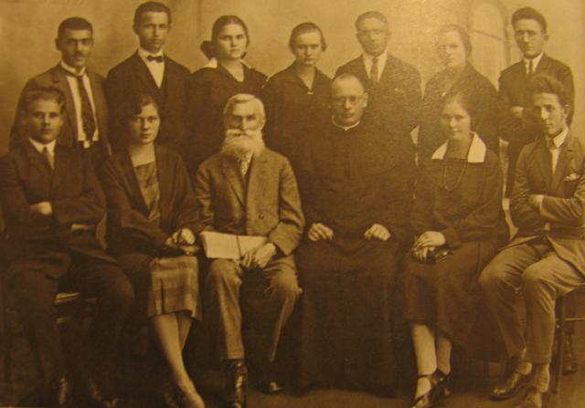 Vilniaus lietuvių mokytojų seminarijos 1927 metų laida su seminarijos direktoriumi Juozu Kairiūkščiu viduryje. Pirmas dešinėje sėdi Vincas Makariūnas