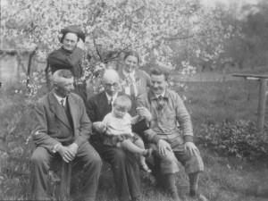 V. Didžys (pirmas dešinėje) Bitėnuose. Iš kairės: Pagėgių progimnazijos direktorius L. Tonas, A. Brakas, J. Stikliorius su V. Didžio dukra Rūta ir E. Jankutė. XX a. 3 deš.