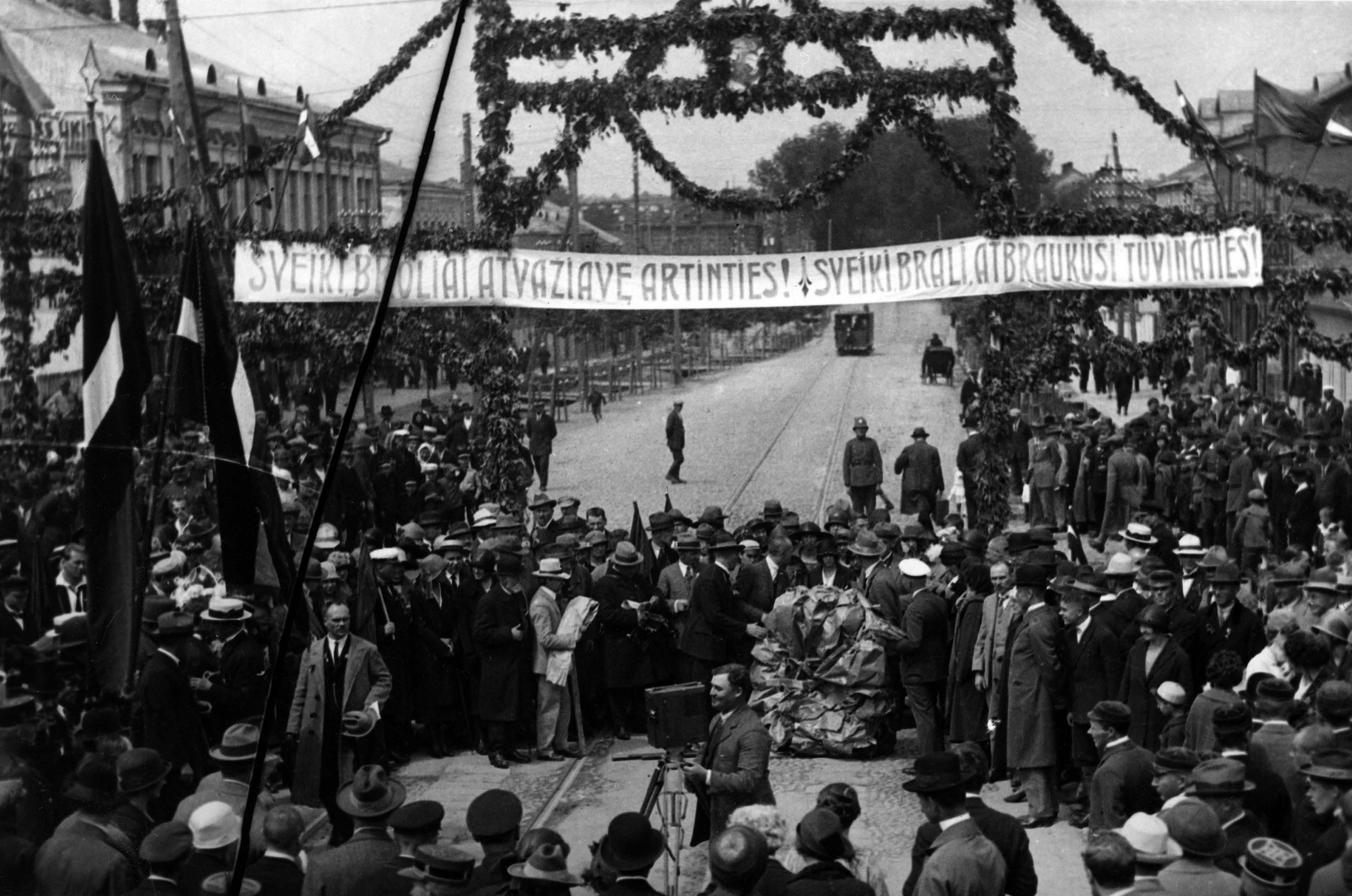 Kauniečiai pasitinka Latvijos delegaciją, atvykusią į lietuvių ir latvių vienybės II kongresą 1925 m. birželio 21 d. | LCVA nuotr.