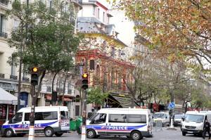 """Prancūzijos policija renka informaciją prie """"Bataclan"""" teatro dieną po teroristinio antpuolio   Wikipedia.org nuotr."""