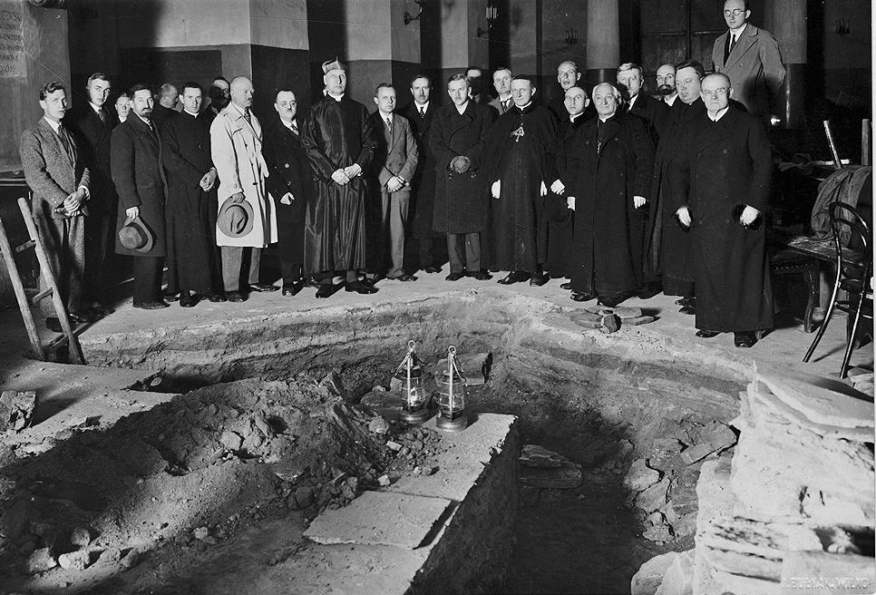 4 pav. Žmonių grupė prie įėjimo į Karalių kriptą 1931 m. rugsėjo 21 d. po 14 val.