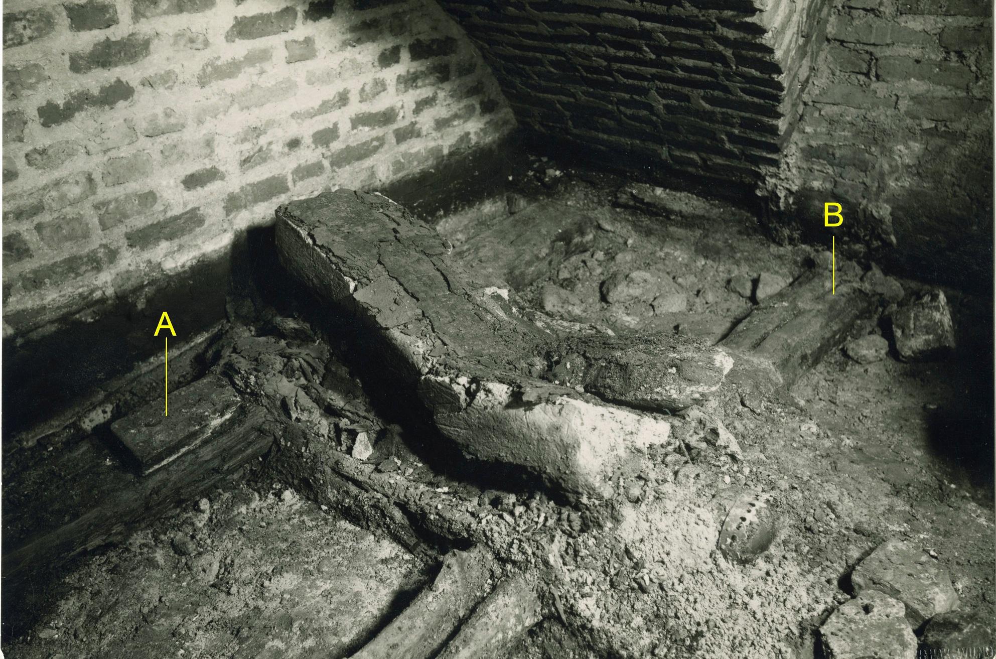 14 pav. Karalių kripta. Barboros Radvilaitės palaikai. Fot. aut. J. Bulhakas. 1931 m.(LVIA 1135-3-308(30): A – gotikinė plyta – spėjama viduriniojo karsto kojūgalio pakyla, B – rąstas, ant kurio buvo sudėti Elžbietos Habsburgaitės palaikai