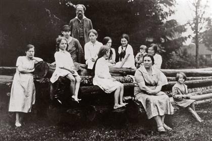 Emilijos ir Stasio Šilingų šeima. Kairėje stovi Felicija Bytautaitė, už Emilijos – Teklė Bytautaitė. Misiūnai, apie 1931 m. | Šilingų šeimos archyvas