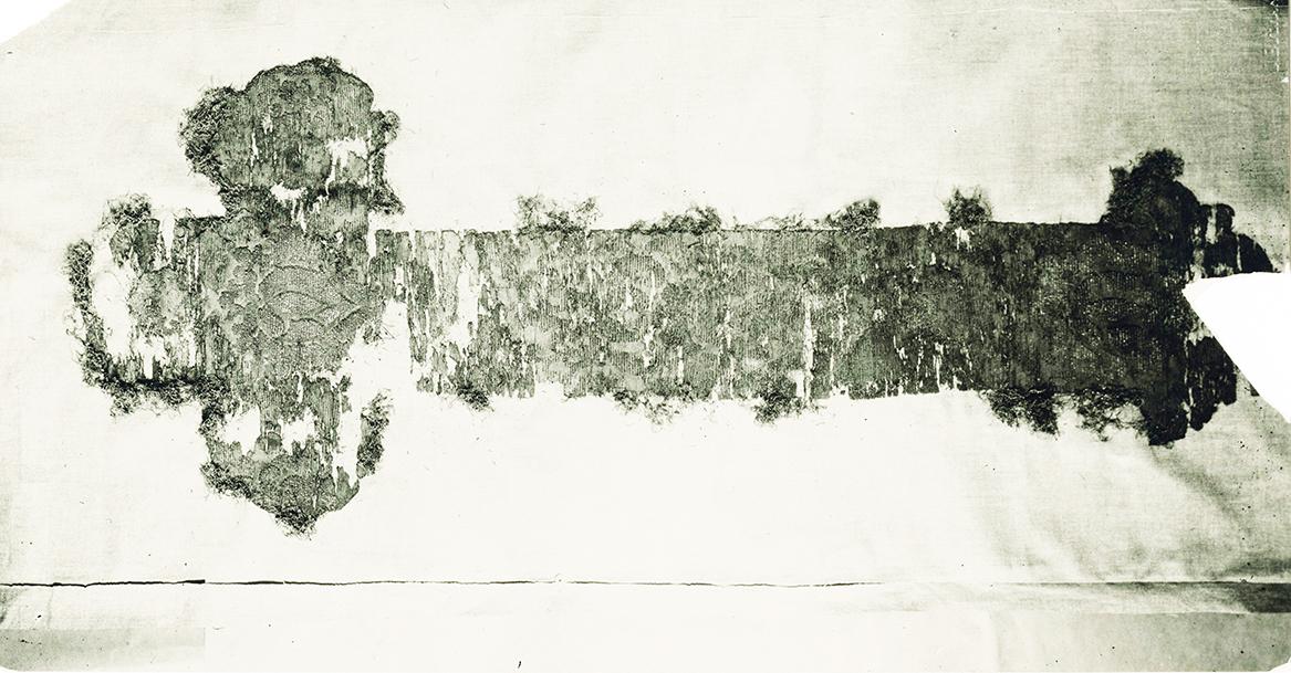 8 pav. Tekstilinis auksu siuvinėtas kryžius, dengęs B. Radvilaitės karstą. Nuotr. LVIA f.1135-3-308(104)