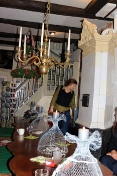 Ir krosnis vainikuota, ir ąžuolinis stalas, ir šviestuvas – išlikusi autentiška erdvė | D. Gudauskaitės-Rohde nuotr.