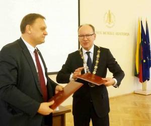 LVK prezidentas Valdas Sutkus ir Lietuvos mokslų akademijos prezidentas prof. Valdemaras Razumas pasirašė bendradarbiavimo susitarimą | avenire.lt nuotr.