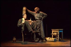 Vaizdas is Stalo teatro spektaklio_Tarmiu-stalas_staloteatras.lt