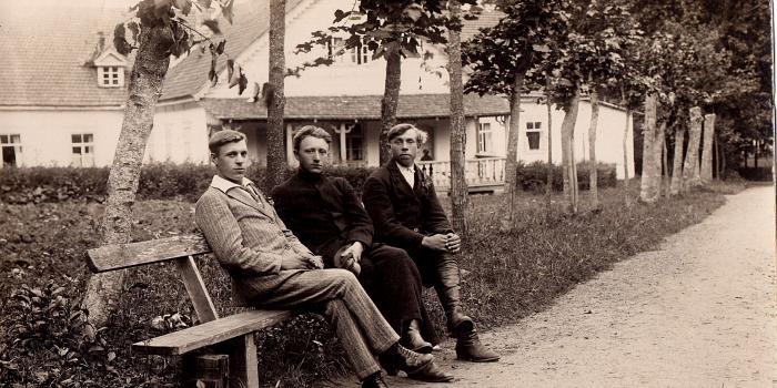 Birštono savivaldybės foto 5 .Jaunuoliai prie Baltosios vilos 1927 m