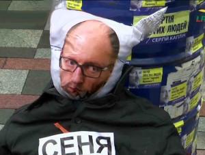 Ukrainos premjero Arseniajaus Jaceniuko iškamšą jo atsistatidinimo  reikalaujančių protestuotojų demonstracijoje | Alkas.lt, S. Kovalenko nuotr.