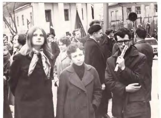 Prieš vieną iš privalomų demonstracijų. Iš kairės: R. Jakutytė, D.a. Mieliauskaitė, K. Rastenis  Nuotr. iš asmeninio archyvo