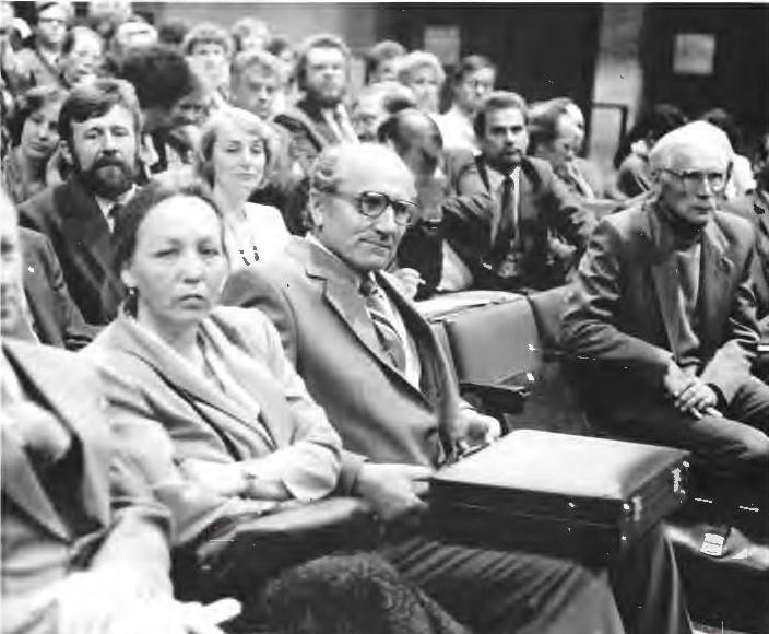 Pirmoji kultūros kongreso diena. Tarp dviejų žymių vyrų: iš kairės - kongreso rengėjas Zigmantas Pocius, iš dešinės -kongreso dalyvis Česlovas Kudaba   V. Ylevičiaus nuotr.