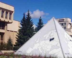Piramidė prie Seimo | L. V. Medelio nuotr.