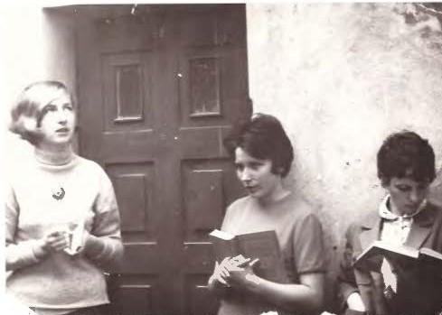 Prieš pat egzaminą. Iš kairės: Laima Mikšytė, Julija Žilinskaitė, Dalia A. Mieliauskaitė   Nuotr. iš asmeninio archyvo.