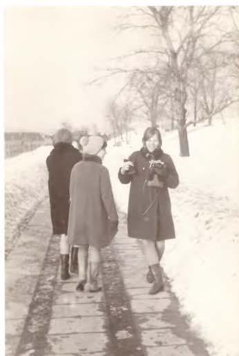 Visos visur ir visada fotografuoja. Pakeliui į universitetą ant Tauro kalno. Iš kairės: Rima Jakutytė, Dalia A. Mieliauskaitė ir Vida Čižinauskaitė   Nuotr. iš asmeninio archyvo