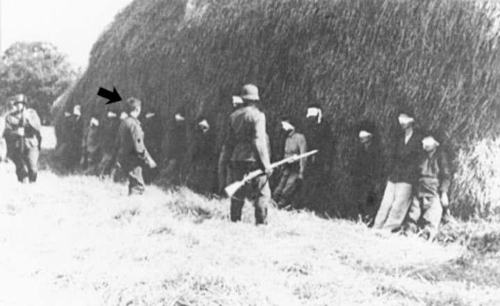 Josefas Šulcas žengia prie šaudomų serbų