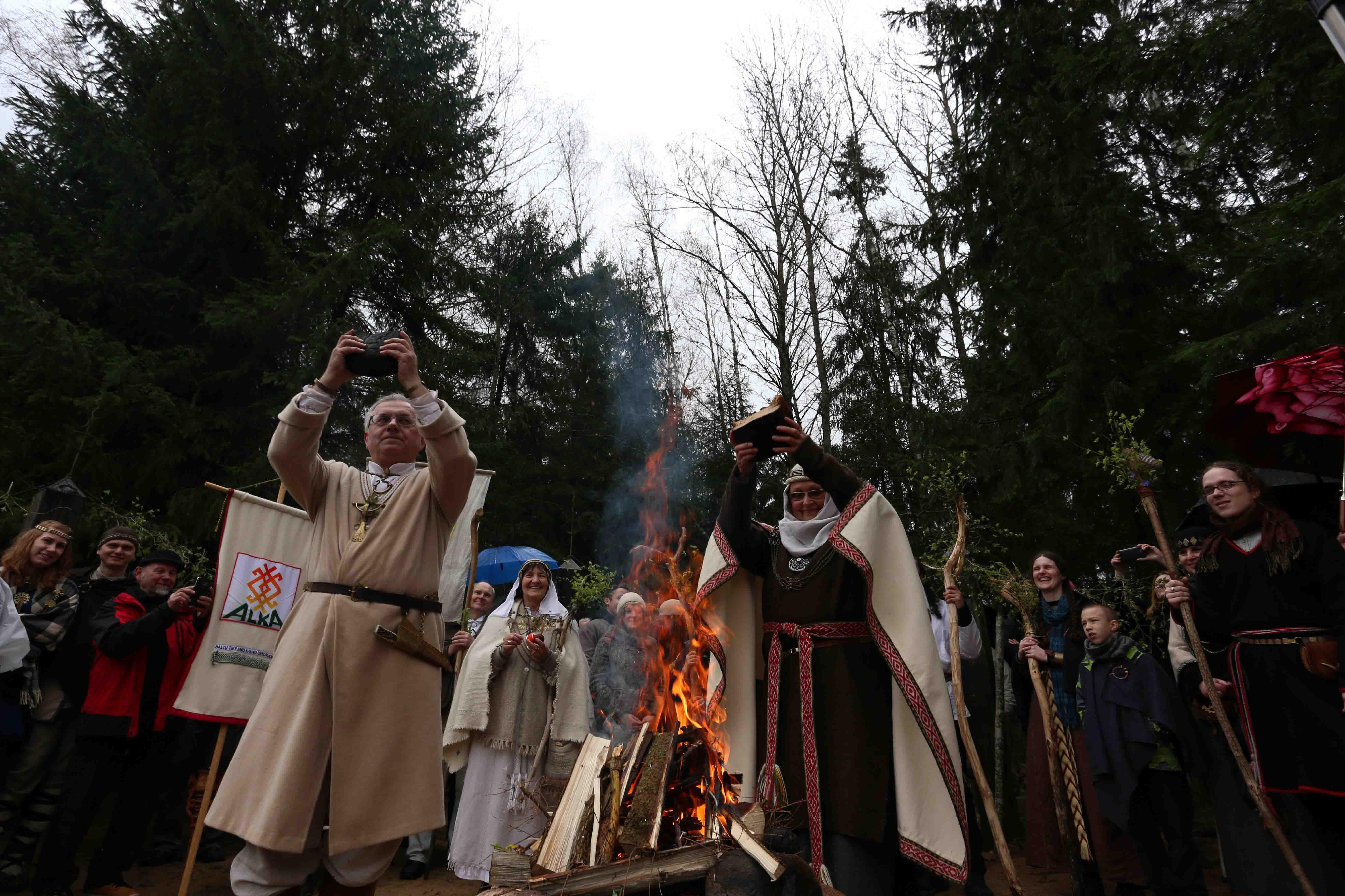 Perlaužus apeiginę Duoną, buvo aukojama ir dėkojama deivei Žemynai | Alkas.lt, A. Sartanavičiaus nuotr.