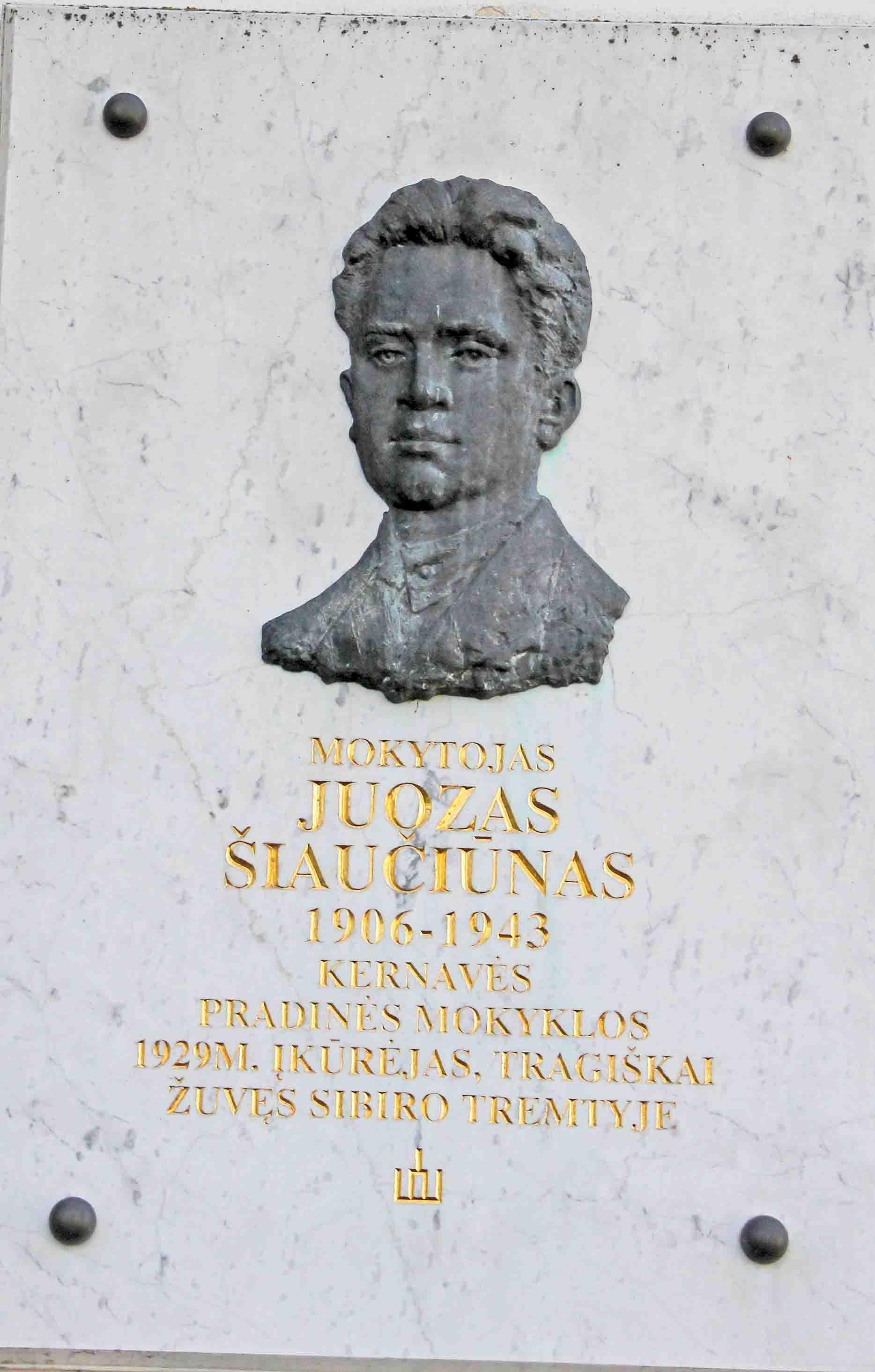 Memorialinė lenta mokytojo tremtinio Juozo Šiaučiūno atminimui | voruta.lt nuotr.
