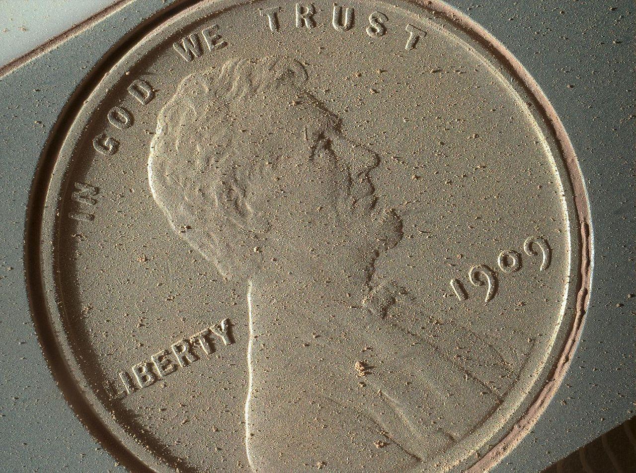 """Vieno JAV cento vertės moneta marsaeigyje """"Curiosity"""". Ji naudojama vaizdo objektyvų kalibravimui. NASA nuotr."""
