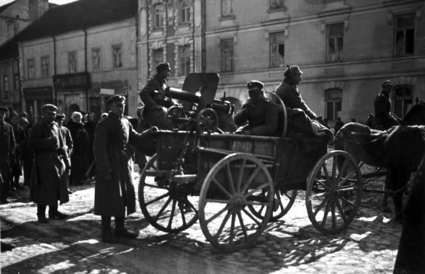 Lenkų kariuomenės kulkosvaidininkai su patranka Pilies gatvės pradžioje. 1919 m. Jano Bulhako nuotrauka | LCVA nuotr.