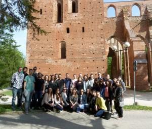 Visi ekskursijos dalyviai prie Tartų katedros griuvėsių, šalia dabartinio Tartu universiteto istorijos muziejaus | Rengėjų nuotr.
