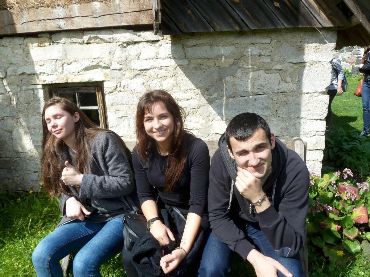 Liepa, Anita, Edvardas lietuviai iš Urugvajaus, Rusijos ir Izraelio pasirinkę studijas Lietuvoje. Muhu saloje įsikūrusiame etnografijos muziejuje | Rengėjų nuotr.