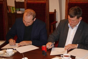 "MB ,,Rinkodaros pulsas"" direktorius Artūras Svirskis ir VU KHF dekanas doc. dr. Kęstutis Driaunys | VU nuotr,"