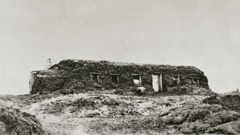 Pirmoji Bykovo kyšulyje pastatyta jurta. Joje gyveno lietuviai ir suomiai, apie 12 šeimų. Jakutija, 1951 m. | Lietuvos nacionalinis muziejus, J. Eidukaičio nuotr.