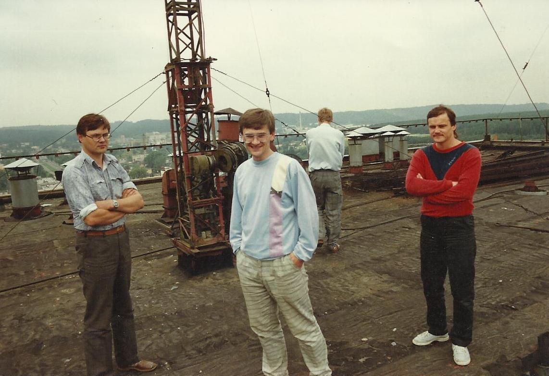 Ant gamyklos stogo prie siųstuvo antenos pagrindo iš kairės: radistai Rimantas Stelingis, Gintaras Šakėnas, Vladas Šležas | archyvinė nuotr.