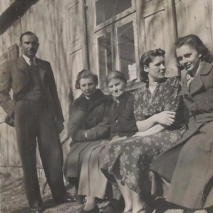 Generolas Kazys Skučas gimtinėje Maručiuose. Stovi iš kairės: K. Skučas, žmona Stefanija, mama Gertrūda, brolio Prano žmona Marija, dukra Jūratė. 1940 m. | archyvinė nuotr.