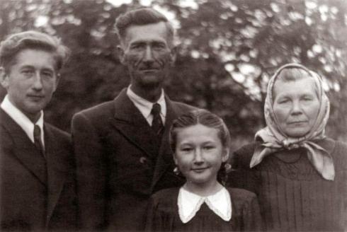 Henrikas Čigriejus su tėvais Antanu, Apolonija ir seserimi Dalia Regina, 1952 m. | asmeninė nuotr.