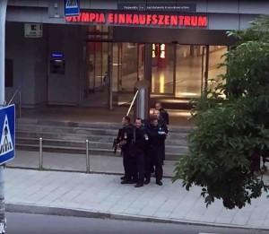 Miunchene įvykdytas teroristinis išpuolis   youtube.com stop kadras