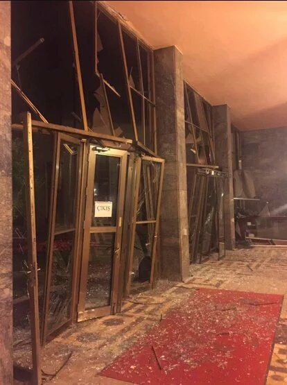 Turkijjos parlamento durys po sprogimo | twitter.com nuotr.