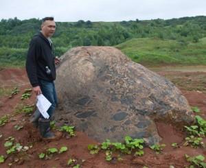 geologai tiria riedulį_am.lt