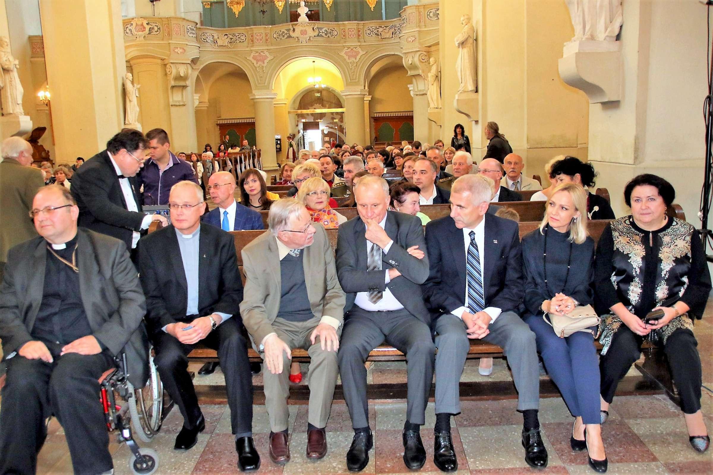 Pirmoje eilėje iš kairės: kun. T. Šernas, kun. G. Vitkus, prof. V. Landsbergis, G. Burbulis, V. Ušackas, jo žmona Loreta, G. Burbulio žmona Nadežda | J. Dingelio nuotr.