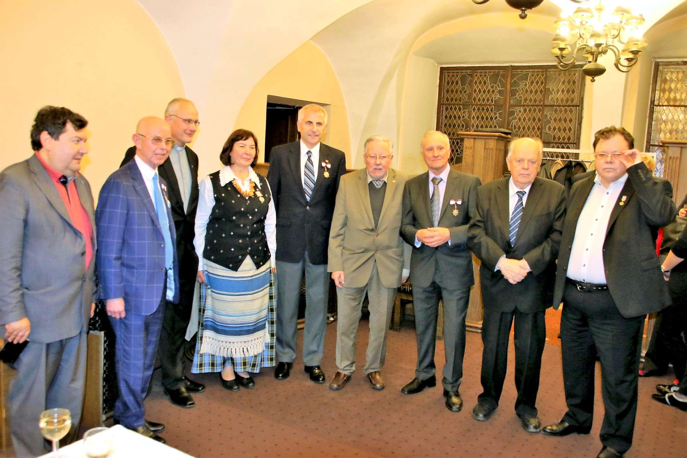 Iš kairės: E. Zingeris, A. Vinkus, kun. G. Vitkus, I. Burokienė, V. Ušackas, prof. V. Landsbergis, G. Burbulis, S. Šuškevičius, S. Povilaitis | J. Dingelio nuotr.