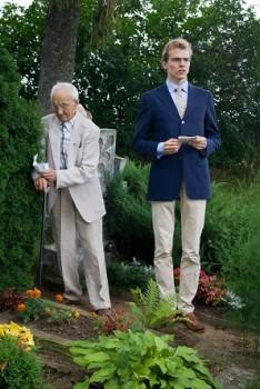 Antanas Bielinis prie savo tėvo Jurgio Bielinio kapo Dietkauščinos k. su savo anūku Linu 2013 m. vasara | ignalina.lt nuotr.