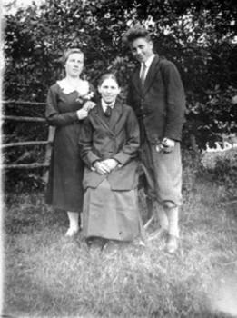 Antanas Bielinis su motina ir seserimi Adelia. 1934 m.   K. Ulozo nuotr.