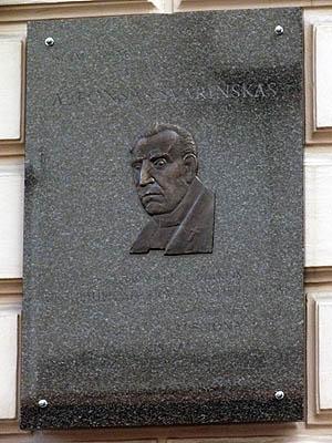 Atminimo lenta mons. A. Svarinskui. Autorė skulptorė Daliutė Ona Matulaitė| P. Šimkavičiaus nuotr.